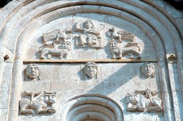 Каменная резьба средней закомары западного фасада